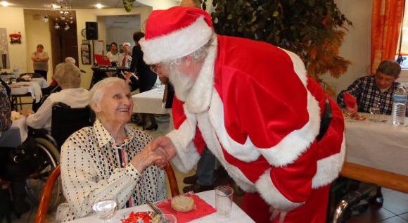Un Père Noël en visite dans une maison de retraite