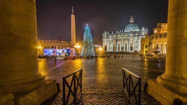 Le sapin de Noël, place Saint-Pierre de Rome, au Vatican
