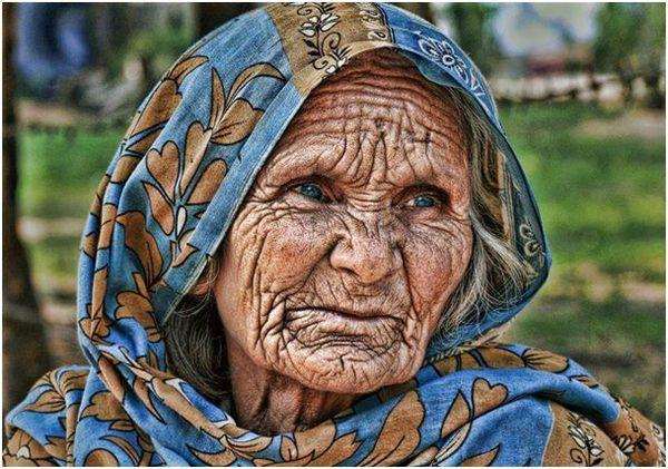 La dernière visiteuse est une très vieille femme